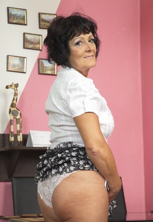 Granny with nice ass shows off on cam
